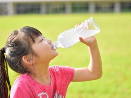 清涼飲料水を 飲む 少女