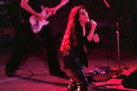 Alanis Morissette canta in occasione del concerto al John Hanson Ford Theater di Los Angeles, nel 1995.