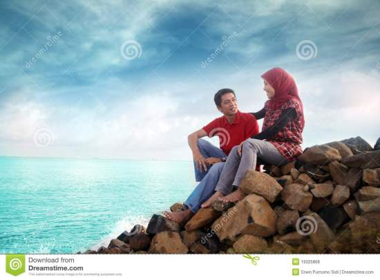 muslim-couple-outdoor-19325868