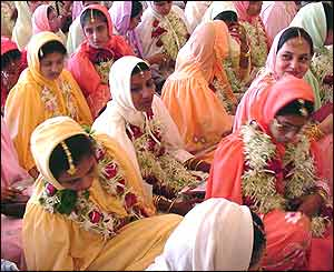 More than 500 couples from the Dawoodi Bohra Muslim community have taken part in a mass wedding in Bombay (Mumbai).