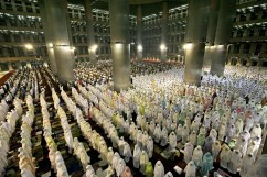 Indonesian Muslims praying tarawih in Ramadan
