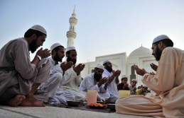 Pakistani Muslims pray at Dervesh Mosque during Ramadan