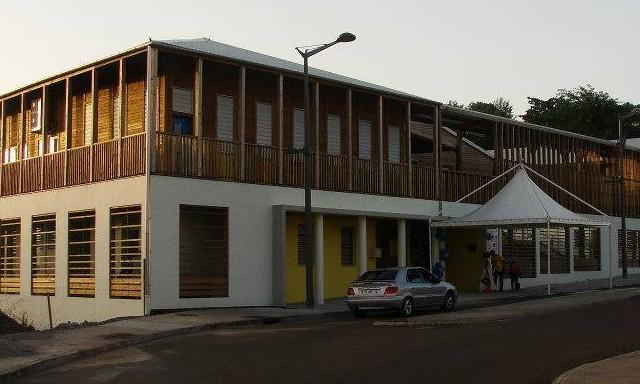 #ZayActu : Invasion d'abeilles à l'école maternelle de Moulin à Vent au Robert   ZayRadio.org
