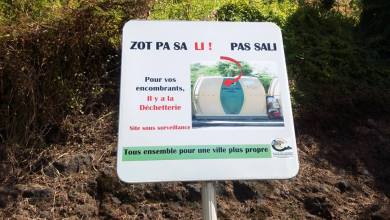"""Photo of « Zot pa sa li, pas Sali ». Pose d'affiches """"chocs"""" au Carbet"""