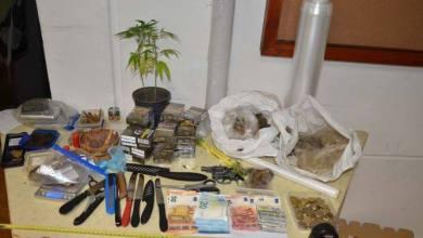 Photo of Une arme à feu, des armes blanches et des produits stupéfiants saisis lors d'un contrôle