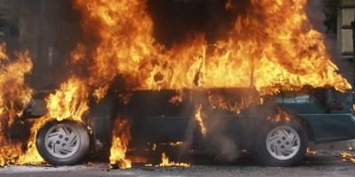 Voiture incendiée.