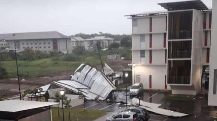 Guyane : fortes pluies et vents violents à Cayenne. Des toitures arrachées