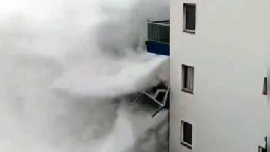 Photo of Une énorme vague détruit un balcon situé au 3ème étage d'un immeuble à Tenerife (VIDÉO)