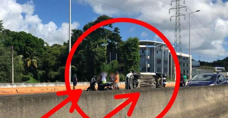 Une voiture s'est retrouvée sur le flanc sur l'autoroute, ce dimanche matin