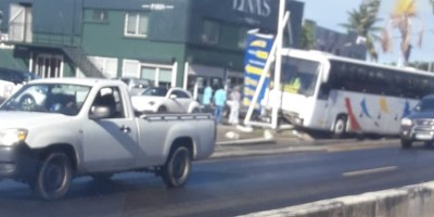 Un bus scolaire percute un panneau publicitaire à Place d'Armes au Lamentin