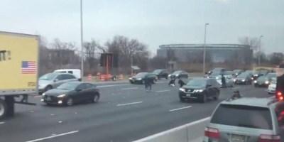 Etats-Unis : accident en pagaille sur l'autoroute suite à la perte de deux sacs remplis de billets d'un fourgon