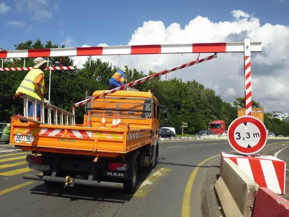 Un camion détériore un portique sur la RN9 malgré l'interdiction