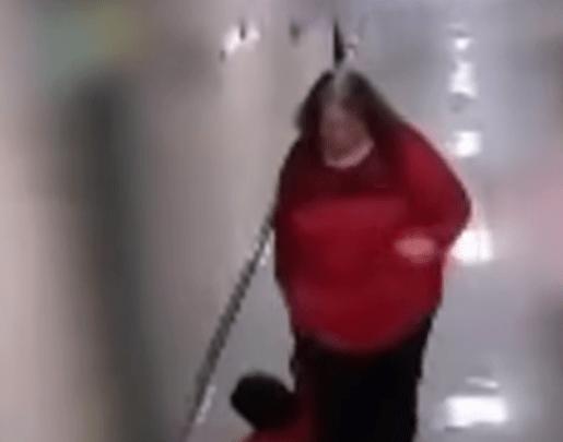 Une enseignante traîne un enfant autiste dans les couloirs de l'école. Elle est licenciée