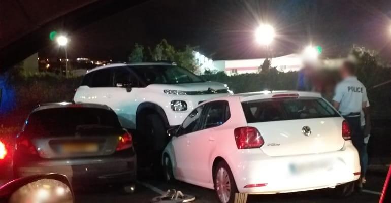 Une voiture fait une sortie de route au niveau du McDonald's de Dillon et arrive sur une autre stationnée