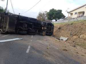 Un camion se retrouve sur le flanc au quartier Monésie à Sainte-Luce