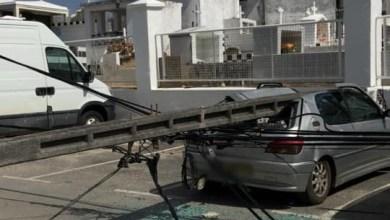 Photo of Un poteau électrique en béton tombe sur une voiture stationnée sans faire de blessé