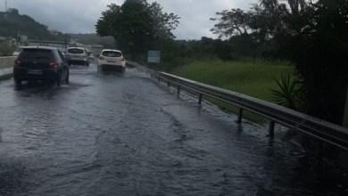 Photo of Fortes pluies : l'eau commence à monter au niveau de la RN5 à Rivière-Salée