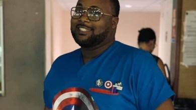 Photo of Un infirmier à la MFME customise sa blouse de travail en costume de super héros