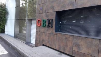 """Photo of Les lettres """"GBH"""" du siège situé au Lamentin repeintes en rouge vert noir"""