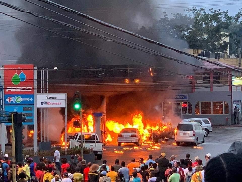 Une station-service en flamme à la Jamaïque