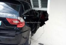 Photo de Une voiture s'encastre dans une maison au quartier Belle-Étoile à Saint-Joseph