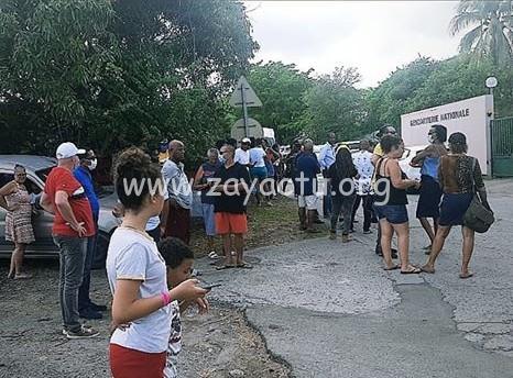 Plusieurs personnes réunies devant la gendarmerie du Diamant. Photo : réseaux sociaux.