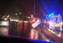 Photo de Accident sur l'autoroute, une voiture sur la glissière de sécurité à l'entrée du pont de Chateauboeuf
