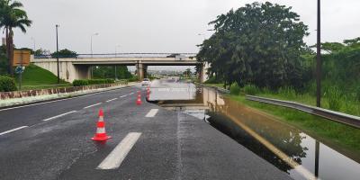 L'eau est montée sur l'autoroute au niveau de l'échangeur de l'aéroport. Photo : Daniel Marie-Sainte.