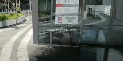 De l'huile déversée sur une porte d'entrée du centre commercial Génipa.