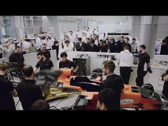 ファクトリーの作業エリアに集まったスタッフ