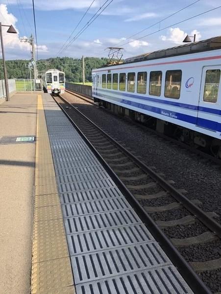 上下線の待ち合わせを行う北越急行のくびき駅