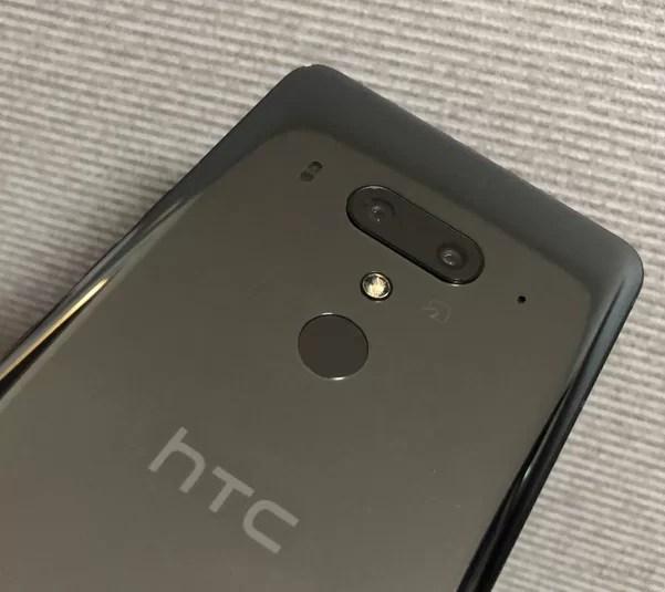 HTC U12+のデュアルカメラとFeliCaマーク