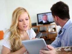 Fernseher und Tablet (Bild: Shutterstock-Goodluz)
