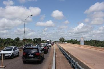 Ponte antiga congestionada e ponte nova fechada para o tráfego
