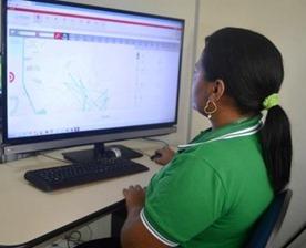 Servidora da Semed na Central de Gerenciamento e Rastreamento dos ônibus escolares do município.