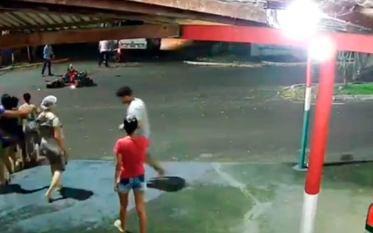 Tucuruí: Câmera de segurança registra colisão de moto com micro-ônibus