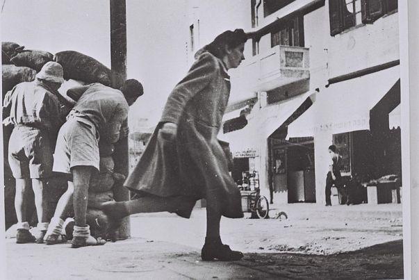 עוברים ושבים בשוק הכרמל תופסים מחסה מאש צלפים הנורית ממסגד חסן בק צילום האנס פין לעמ