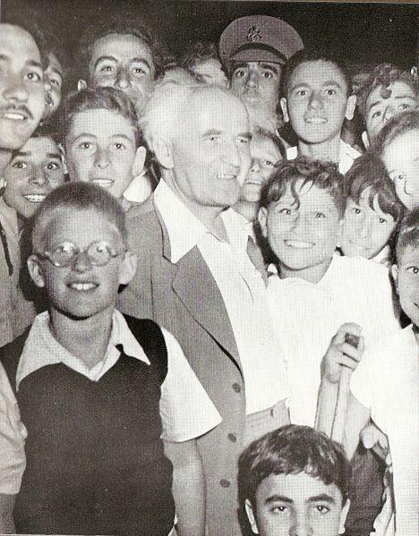 בן גוריון במפגש עם תלמידי תיכון בשיך מוניס בשנות החמישים (ויקישיתוף)