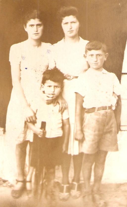 צילום מאותה תקוםפה. אני במרכז מחזיק רובה צעצוע. מימין לשמאל: אחי משה ואחיותי מרים וחיה.