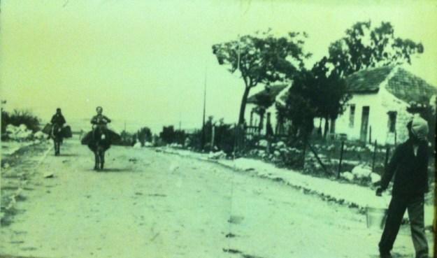 הובלת מים במטוה שנות ה-20 צילום רפרודוקציה לאה קשת מוזיאון מטולה