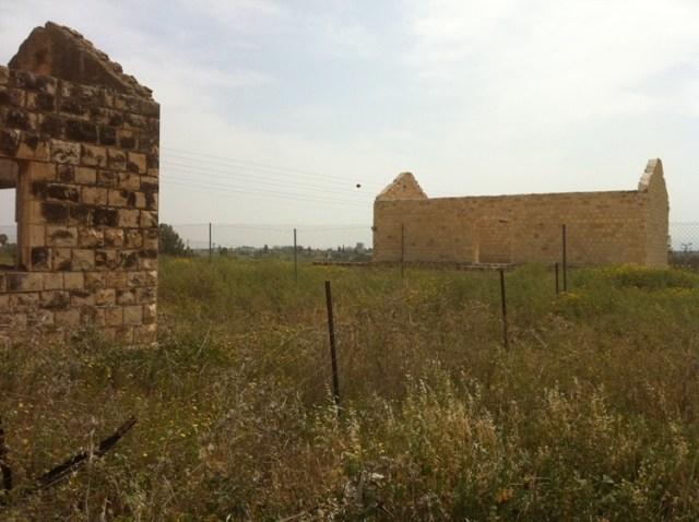 שרידי מבנים מן התקופה בה היתה רכבת העמק בפעילות צילום: שוקה קשת