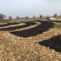 NL Doet 2018 - verhoogde bedden met compost afgewisseld door paadjes met houtsnippers