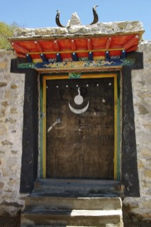 Porta di casa Tibetana con simbolismo Bön