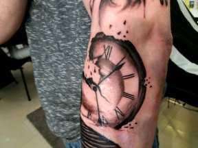 Törött óra tetoválás karra