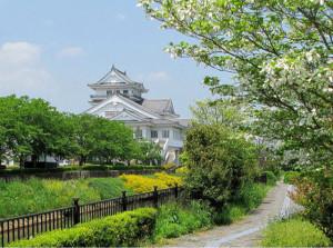 お城が見える初夏の散歩道