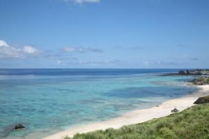 初夏のエメラルドブルーの海と白い海岸
