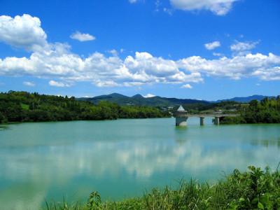 夏の湖と山々と青空