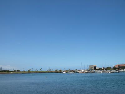 夏の海と青空とヨットハーバー