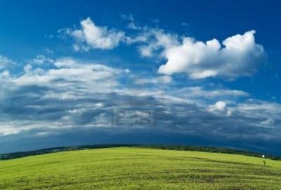 夏の青空と草原
