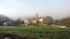 Il borgo di Sigliano appare dalla nebbia...